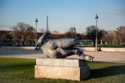 Grâce et légèreté - Sculpture sur fond de tour Eiffel - Jardin des tuileries - Paris