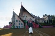 Pere Jacob devant la cathedrale Kohima - Nagaland - Inde