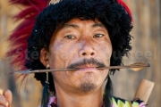 Le guerrier archer Chuvachu  tenant une fleche entre les dents - Hornbill festival Nagaland - Inde