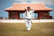 Yoshitaka Taira impérial devant le dojo spécial - karate Kaikan Naha - Okinawa
