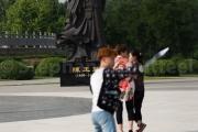Chinois enthousiaste devant la statue de Chen Wangting - Chenjiagou - Chine