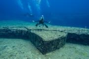 Kumi fait la tortue façonnee dans la roche sous marine - Yonaguni - Okinawa