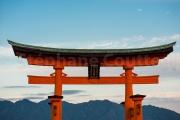 Torii flottant au dessus de la montagne - Japon