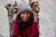 Femme branchée sur le pont de Dunaï - Dolpo - Népal