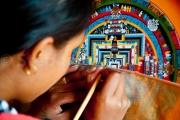 Femme réalisant un mandala - Baktapur - Népal