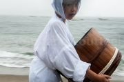 Jeune fille habillée en Ama avec Iso oke -Shirongo matsuri - Sugashima - Japon