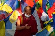 Moine masqué dans un océan de drapeaux de prières - Bodhnath - Népal